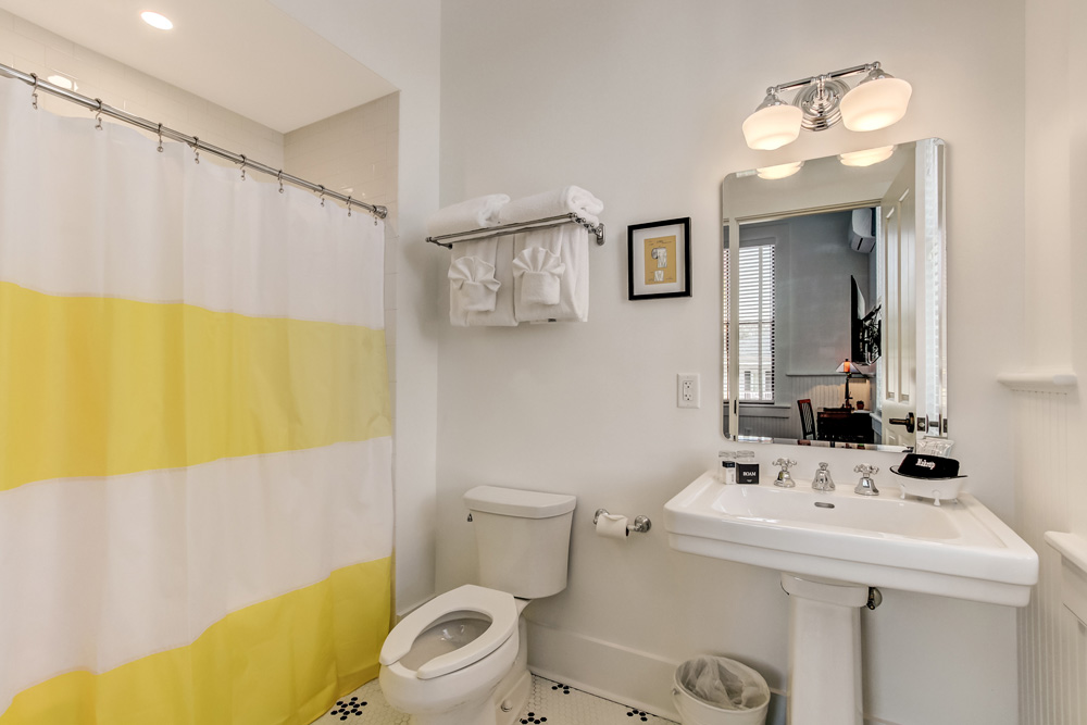 On-suite bathroom with fresh towels & complimentary soaps